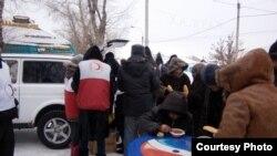 К полевой кухне выстраивается очередь. Семей, 15 января 2013 года. Фото предоставлено Обществом Красного Полумесяца.