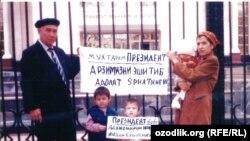 Ученый-почвовед А.Хасанов не раз проводил пикеты возле здания мэрии Ташкента, 2005 год.