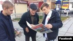 Школьник из Бийска Максим Неверов во время агитации за оппозиционера Навального.