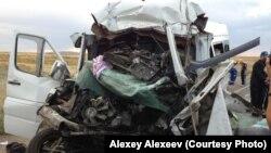 Астана-Алматы жолы бойында болған көлік оқиғасының бірінде қираған шағын автобус. (Көрнекі сурет)