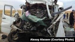 На месте аварии, в которой погибли трое граждан Кыргызстана. Автор фото – Алексей Алексеев. Карагандинская область, 23 августа 2013 года.