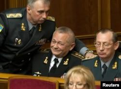 Новопризначений міністр оборони Михайло Коваль (ліворуч) і екс-міністр оборони Ігор Тенюх, Київ, 25 березня 2014 року
