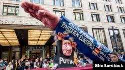 Участники карнавала в Дюссельдорфе высмеяли союз Владимира Путина с правыми радикалами Европы