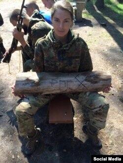 """На странице Насти в """"Фейсбуке"""" есть фотография на фоне украинских бойцов. Очевидно, это не зона боевых действий, а база """"Азова"""" либо """"Правого сектора"""" под Харьковом"""
