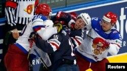 Ресей мен АҚШ хоккейшілері ойын кезінде жанжалдасып қалды. Минск, 12 мамыр 2014 жыл.