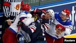 Ресей мен АҚШ хоккейшілері әлем чемпионаты кезінде шекісіп қалған кез. Минск, 12 мамыр 2014 жыл.