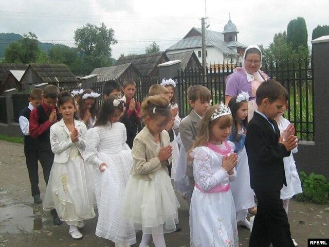 Українські діти з греко-католицької парафії в селі Поляни у Румунії