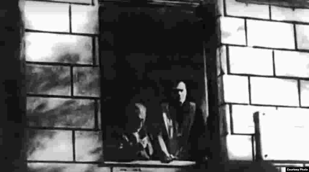 Timișoara, 15 decembrie 1989. Pastorul reformat, Laszlo Tokes, se adresează enoriașilor săi și celor care li se alăturaseră, de la fereastra casei parohiale, rugându-i să nu se pună în pericol apărându-l. Solidaritatea celor din stradă a adunat însă și mai mulți manifestanți.