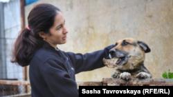 Репіка Ахтемова (дружина Асана Ахтемова) і собака Хонда