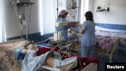 Двое детей, получившие ранения в ходе вооруженных столкновений между армянскими и азербайджанскими силами в Нагорно-Карабахском регионе, находятся в больнице под наблюдением врачей. 2 апреля 2016 года.