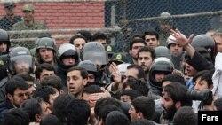 Демонстранты у здания британского посольства в Тегеране требуют казни захваченных британцев