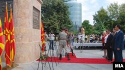 Собранискиот спикер Трајко Вељаноски положува цвеќе пред споменикот на првиот претседател на Президиумот на АСНОМ, Методија Андонов Ченто на скопскиот плоштад