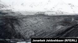 Вид на центральный карьер месторождения Кумтор. Фото от 23 февраля 2013 года.