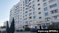 Дом по проспекту Победы, 44-а, в котором получали квартиры сотрудники банковской академии