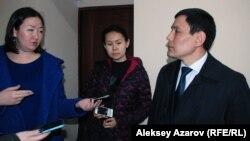 Жауапкердің өкілі Фархат Уәлиев (оң жақта). Алматы, 11 наурыз 2016 жыл.