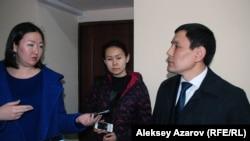 Представитель ответчика Фархат Уалиев (управление автомобильных дорог акимата Алматы) отвечает на вопрос журналистов. Алматы, 11 марта 2016 года.