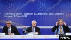 Ministri vanjskih poslova BiH i Španije, Sven Alkalaj (L) i Miguel Angel Morations (D), i komesar EU za proširenje Stefan Fule na konferenciji za štampu nakon sarajevske konferencije 2. juna 2010. godine. Foto: Photo: Midhat Poturović