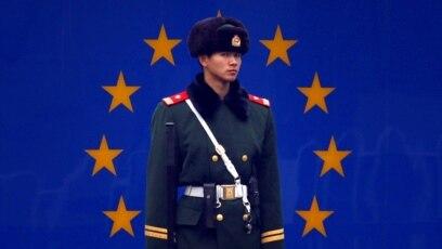 Sve dublje preispitivanje odnosa: Kineski policajac ispred Ambasade EU u Pekingu.