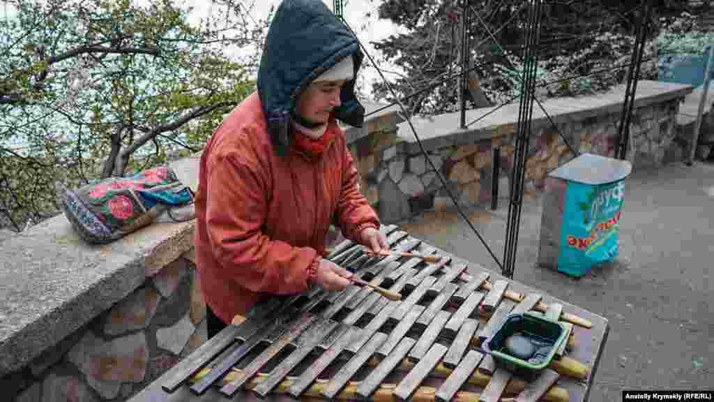 Євгенія Августівна підробляє вуличної грою на ксилофоні. «Раніше за дві-три години можна було заробити двісті-триста гривень. Нинішні приїжджі не такі щедрі, кажуть, що у них всі гроші на картках», – нарікає пенсіонерка