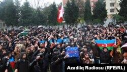 15 декабря 2013 года -- в Баку митинг против повышения цен на бензин и продукты питания