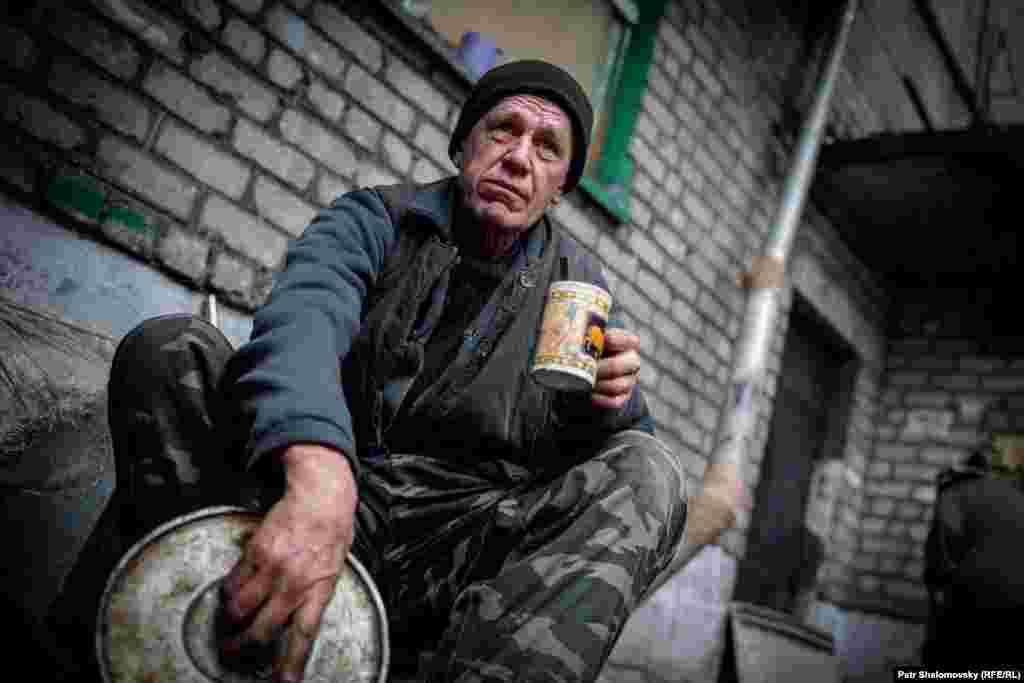 Місцевий мешканець поруч зі своїм будинком. Дебальцеве, 3 лютого 2015 року