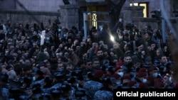 Сторонники оппозиции, требующие отставки премьер-министра Армении Никола Пашиняна, у здания Национального собрания Армении. Ереван, 9 марта 2021 года.