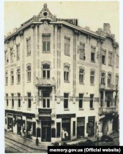 Будівля «Народної гостинниці» у Львові, де діяв Центральний військовий комітет, який готував українське повстання. Фото до 1914 року