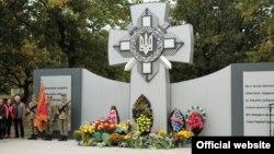 Попри інцидент пам'ятник встигли привести до ладу, урочисте відкриття відбулося (фото з Facebook Оперативного командування «Схід» Збройних сил України)