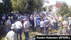Өзбекстанмен арадағы шекара дауына наразы жұрттың жиыны. Қырғызстан, Кербен қаласы, 27 тамыз 2016 жыл.
