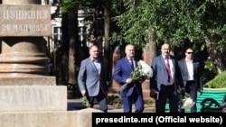 Președintele Igor Dodon a depus flori de ziua lui Alexandr Pushkin, la bustul poetului rus din Chișinău
