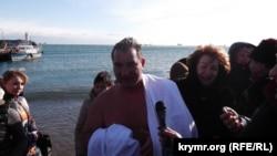 Глава администрации Ялты Андрей Ростенко окунулся в море на Крещение