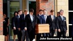 Похороны американского студента Отто Уормбира, доставленного в состоянии комы из Северной Кореи. Вайоминг, Огайо, 22 июня 2017 года.