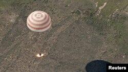 "вселенската капсула ""Сојуз"" слетува на Земјата"
