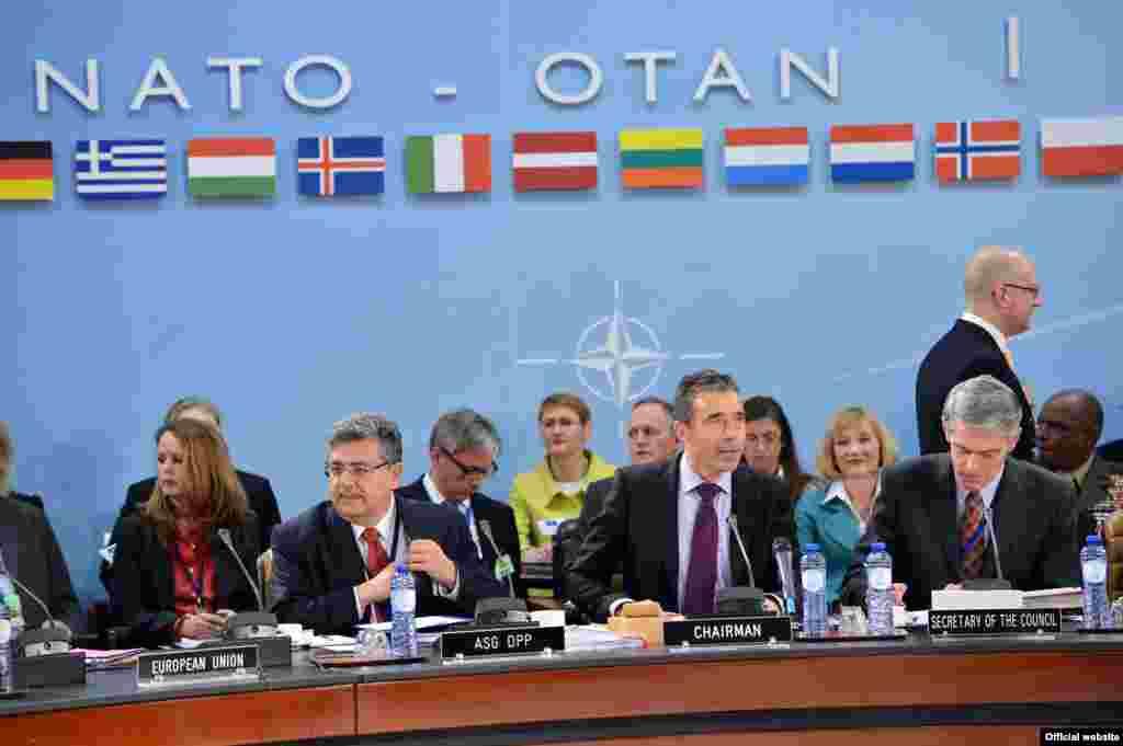 Кыргыз президенти Алмазбек Атамбаев НАТОнун Чикаго саммитине катышууга чакыруу алды. Бирок президенттин АКШга барар-барбасы аныктала элек.