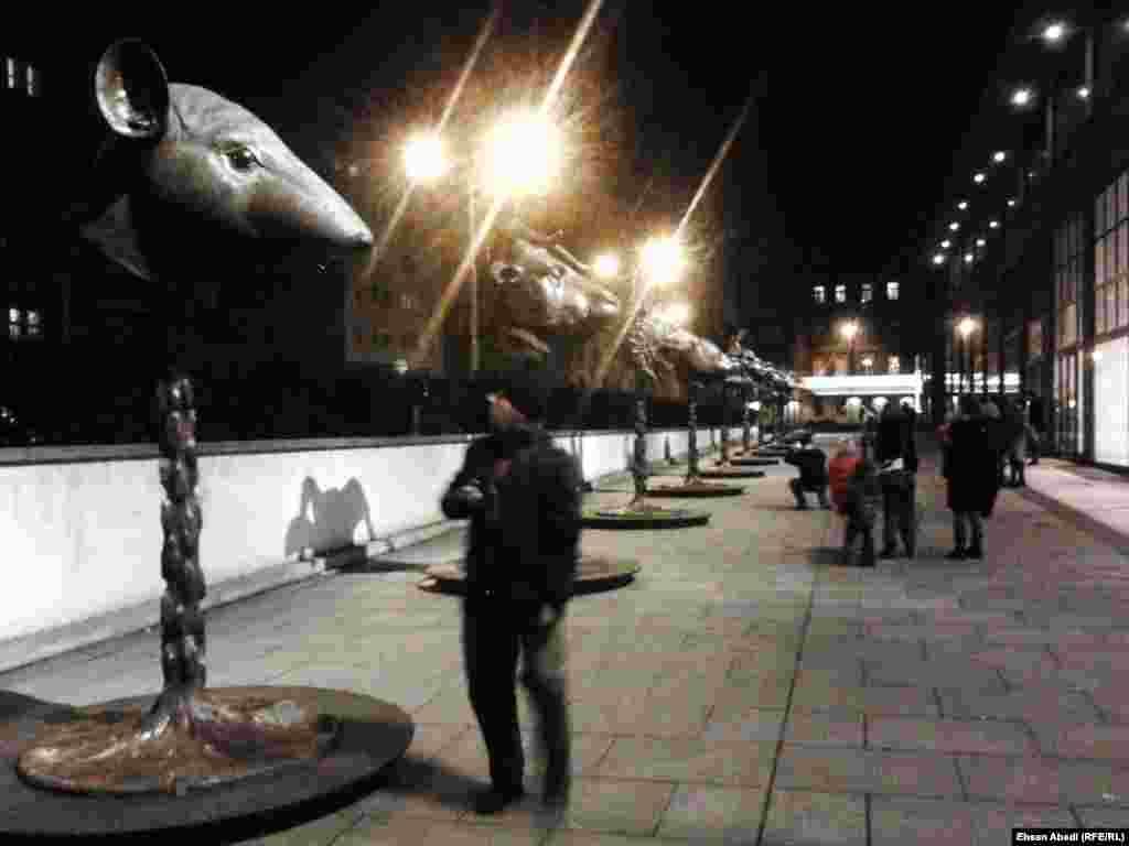 نمایشگاه «دایره حیوانات/صورتهای منطقه البروج» از روز شنبه، ۶ فوریه (۱۷ بهمن) در فضای آزاد مقابل موزه هنرهای معاصر و مدرن پراگ برپا شده است