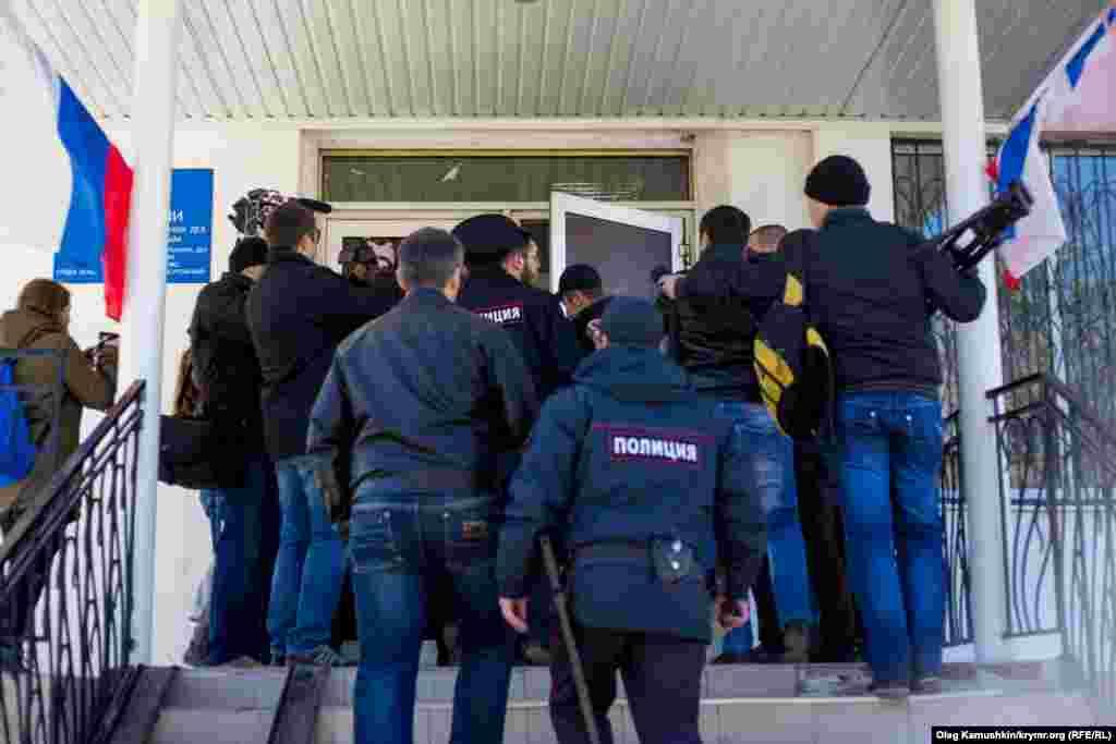 Їх доставили у відділ поліції Залізничного району Сімферополя