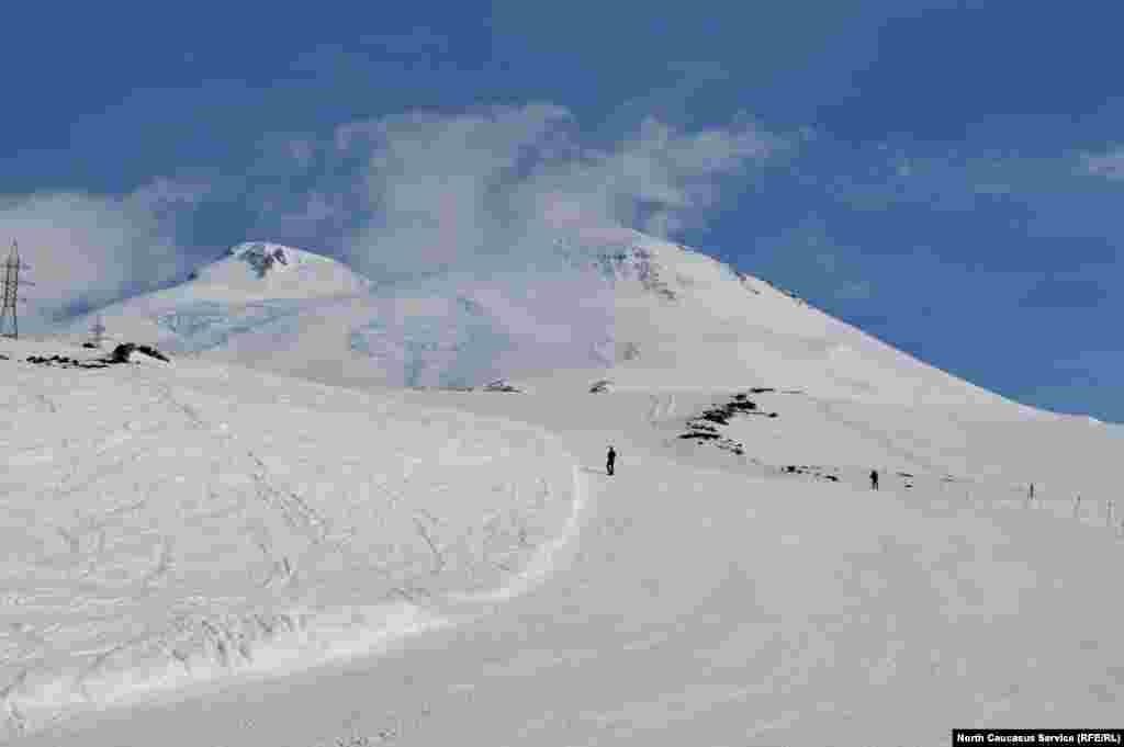 Жарысты кімнің қай тұстан бастағанына қарамастан, Red Fox Elbrus Race фестивалінде тау жотасындағы кезеңге сағат 12-ге дейін шығып үлгермегендерді төрешілер кері қайтарады.