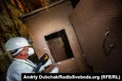 Сергій Красиков показує нам обшиту свинцем кабіну, у якій працівників краном опускали у найбільш забруднені приміщення для візуальної оцінки ситуації