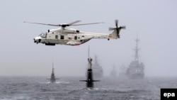 Pamje e një helikopteri dhe luftanijeve që marrin pjesë në ushtrimet ushtarake të NATO-s në Detin Verior