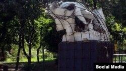 Разрушенный памятник Ленину в селе Макеевка, Украина. 5 июня 2016 года.