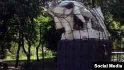 Макеевка қаласында белгісіз біреулер бұзып кеткен Ленин ескерткішінің тұғырда қалған бөлігі. Донецк облысы, Украина, 5 маусым 2016 жыл.