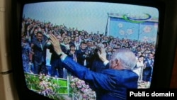 На экране телевизора кадр записи президента Узбекистана Ислама Каримова, танцующего перед публикой во время празднования Наурыза. 21 марта 2015 года.
