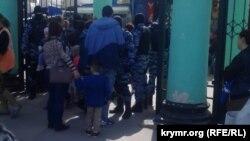 Задержания на центральном рынке Симферополя, 6 апреля 2017 года