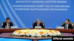 Алмазбек Атамбаев жаңы шайланган президент Сооронбай Жээнбеков жана парламент төрагасы Дастан Жумабеков менен. 15-ноябрь