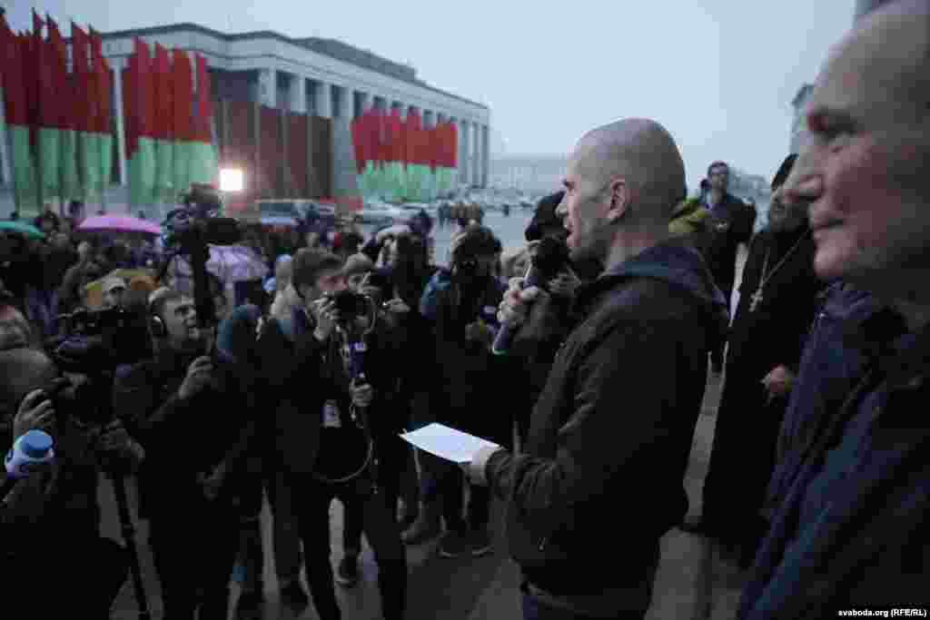 В принятой на митинге резолюции говорится, что белорусские патриоты выступают против втягивания своей страны в противостояние России и Украины и НАТО, а также поддерживают положение Конституции о стремлении Беларуси к нейтралитету.