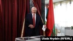 Президент Александр Лукашенко на избирательном участке, Минск, 17 ноября, 2019.