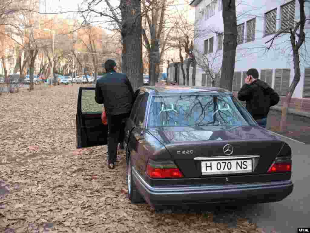Вскоре после этого сотрудники Жамбылского КНБ пытались увезти Рамазана Есергепова в Тараз. Алматы, 1 декабря 2008 года. - Вскоре после этого сотрудники Жамбылского КНБ пытались увезти Рамазана Есергепова в Тараз. Алматы, 1 декабря 2008 года.