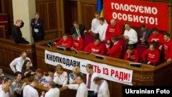 УДАР, «Батьківщина» і «Свобода» продовжують блокувати президію і трибуну Ради