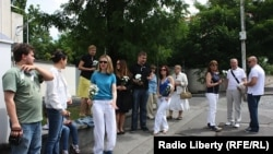Акция в поддержку гражданского движения в России в Праге у здания российского посольства в Чехии/