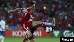 Հայաստան - Պորտուգալիա խաղում Մարկոս Պիզելին պայքարում է գնդակի համար, Երևան, 13-ը հունիսի, 2015թ.